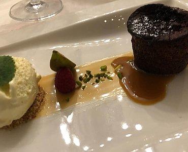 Dessert: Dattelsouffle, Karamellsauce, Vanilleeis
